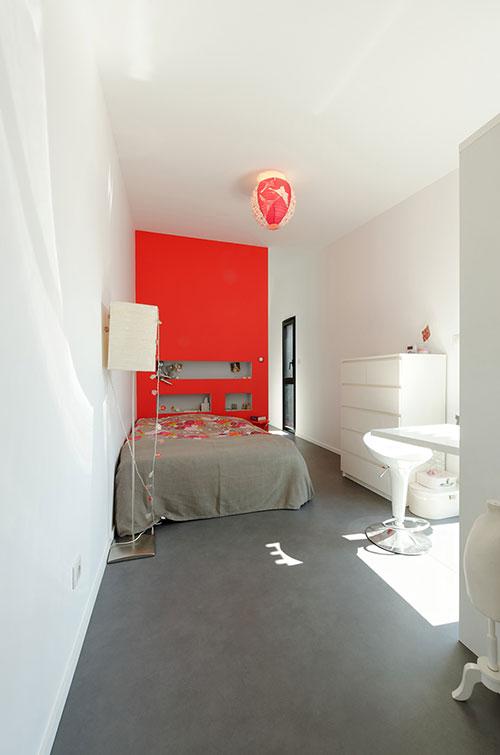 Moderne slaapkamer met rode muur  Slaapkamer ideen