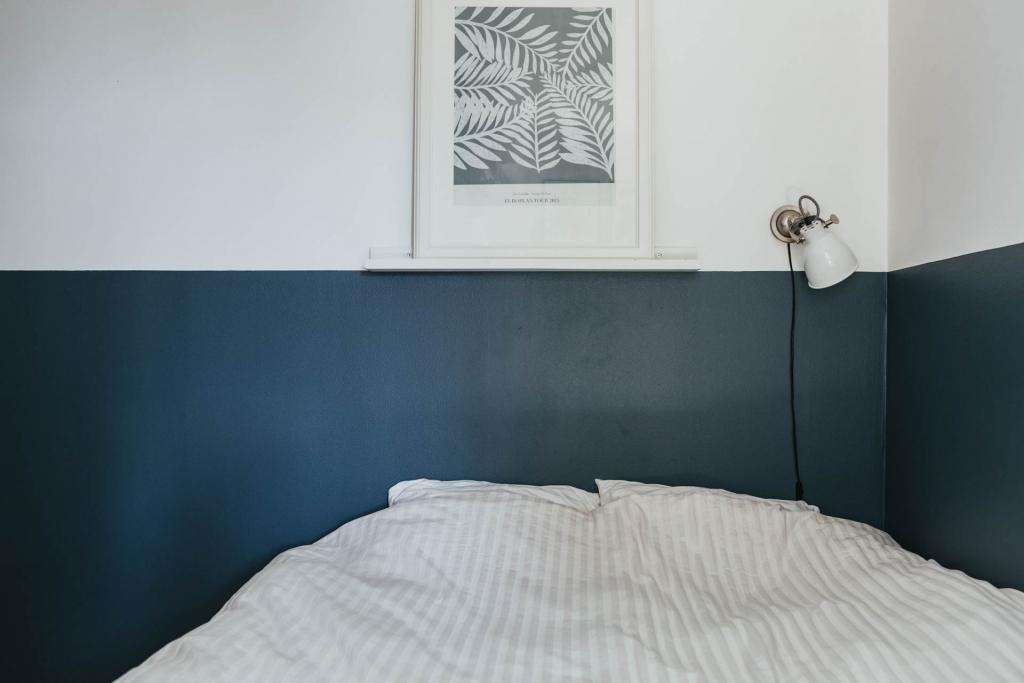 Mooie minimalistische slaapkamer met geverfde blauw