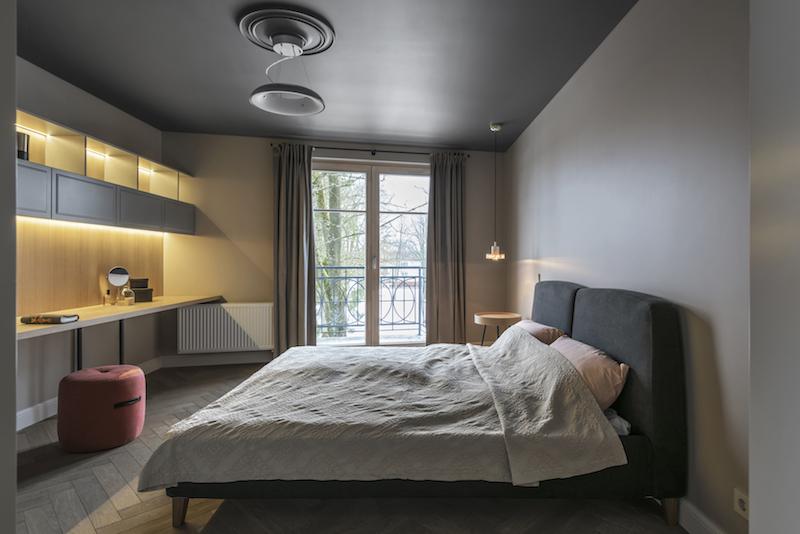 Mooie slaapkamer met grijze muren en een grijs plafond
