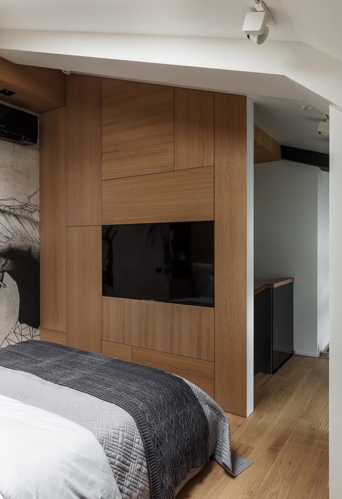 Mooie slaapkamer met houten wandbekleding en behang
