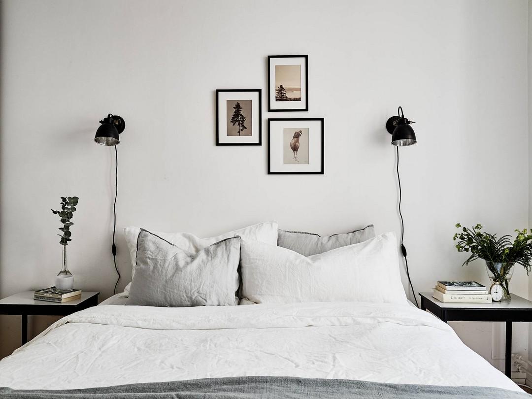 Eenvoudige slaapkamer styling aan de muur bij het bed