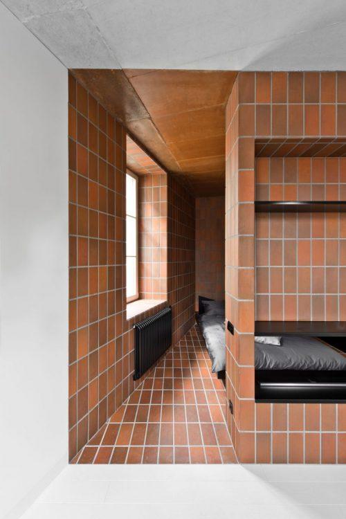 Rode bruine tegels in open slaapkamer  Slaapkamer ideen