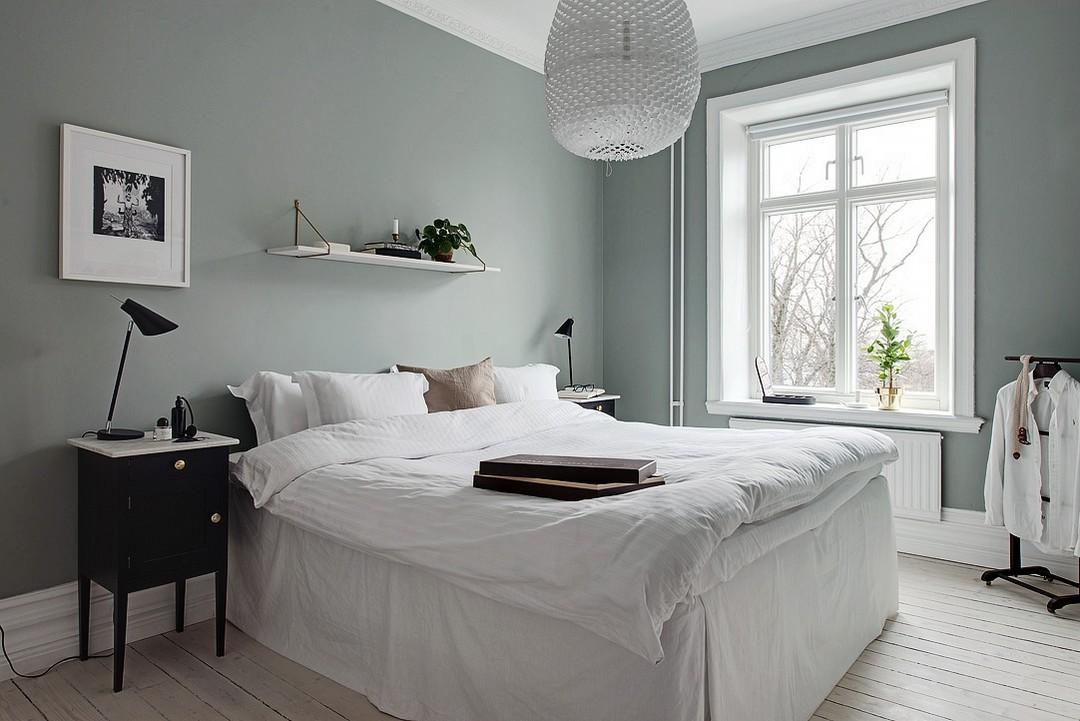Scandinavische slaapkamer met grijsmosgroene muren