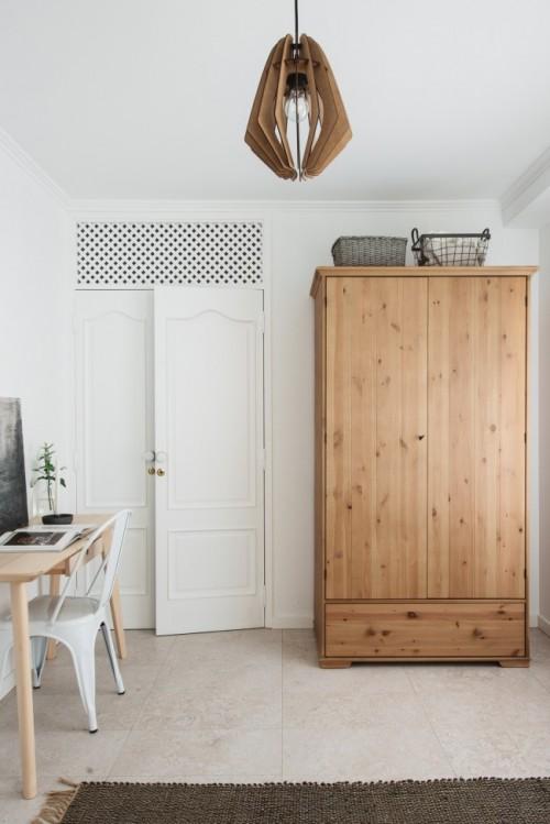 Sfeervolle slaapkamer met werkplek en kledingkast