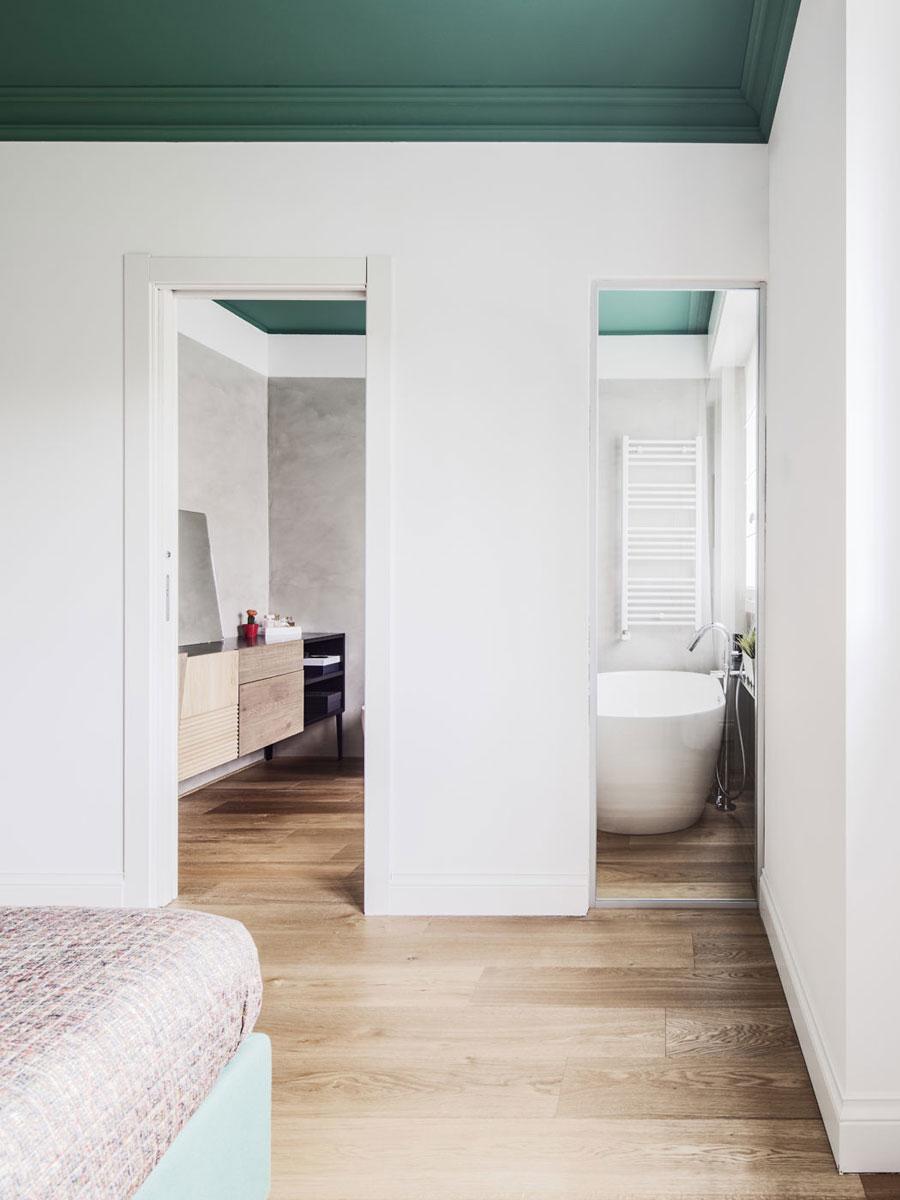 Slaapkamer met een groen plafond en bed  Slaapkamer ideen
