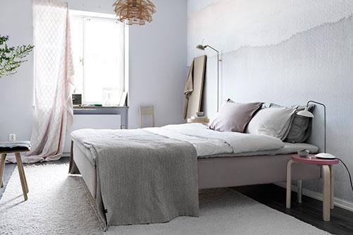 Slaapkamer met lichte zachte kleuren en mooi design