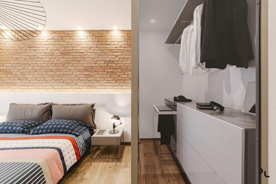 Stoere slaapkamer met een luxe compacte inloopkast