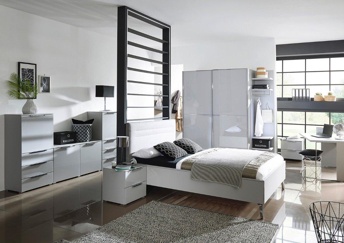 Tweepersoons bed met stoffen hoofdbord en luxe afwerkingen