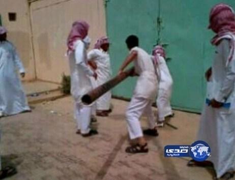 طلاب ثانوية بشرق الرياض يكسرون الباب الخارجي للهروب من المدرسة !