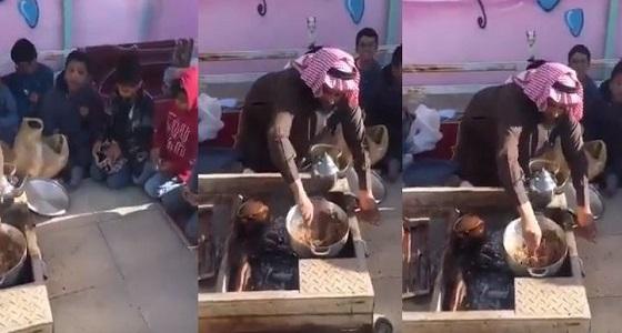 بالفيديو.. معلم ابتدائي يطهي الطعام بنفسه.. مكافأة لطلابه
