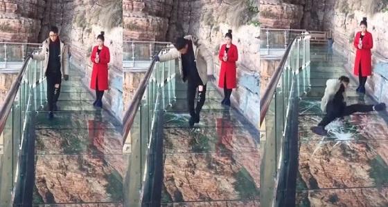 بالفيديو.. شاب يتعرض لمقلب مرعب على جسر زجاجي