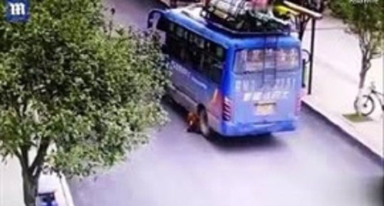 بالفيديو.. حافلة مدرسية تدهس طفل والأخير ينجو بأعجوبة