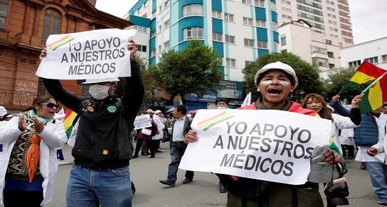 بالصور.. اشتباكات عنيفة بين شرطة بوليفيا ومحتجين على سياسات الرعاية الصحية