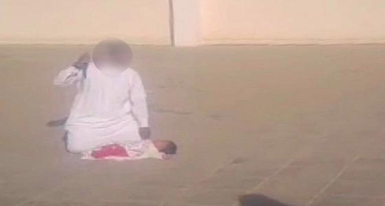بالفيديو.. مواطن يحاول ذبح طفله الرضيع في فناء مدرسة بضباء
