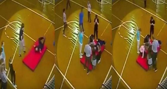 بالفيديو.. سقوط مروع لطالب في حصة التربية الرياضية