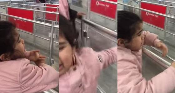 فيديو مؤثر لطفلة تشعل الأنترنت بوداعها لوالدها في المطار وهي تصرخ