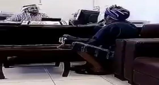 حقيقه مقطع فيديو موظف في تعليم سراة عبيدة يستهزأ بمسن