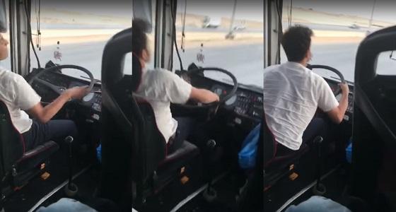 بالفيديو.. سائق حافلة متهور يثير ذعر الركاب