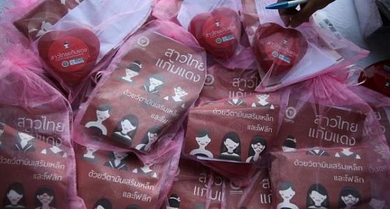 توزيع علب وردية في عيد الحب لزيادة معدل المواليد