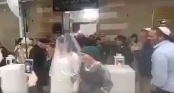 بالفيديو.. مستوطنون يدنسون الحرم الإبراهيمي