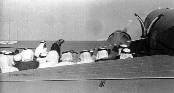 """صور نادرة للملك """" عبد العزيز """" خلال ركوبه طائرة لأول مرة"""