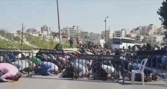 المقدسيون يواجهون الاحتلال ويصلون الجمعة خلف السواتر الحديدية