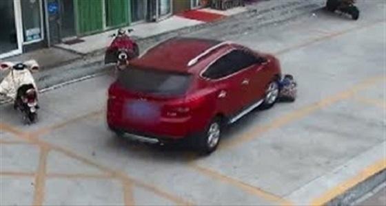 بالفيديو.. لحظة دهس سائق متهور لطفل أسفل عجلات سيارته