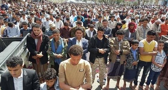 أهالي تعز يؤدون صلاة الجمعة في ساحة الحرية