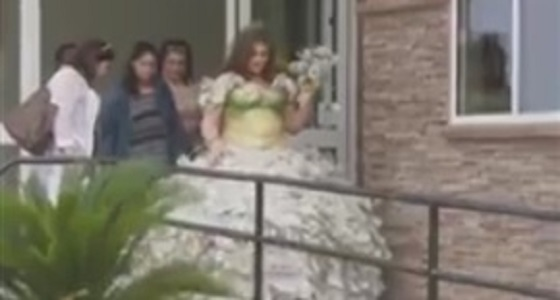 بالفيديو.. عروس تشعل مواقع التواصل بفستانها المصنوع من مليون دولار