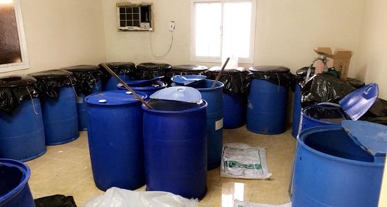 بالصور.. ضبط وإتلاف مصنع للخمور تديره شبكة من العمالة الوافدة في جدة