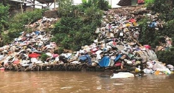 """"""" عم يوسف """".. إندونيسي يروي الأرز من أكثر أنهار العالم تلوثا"""