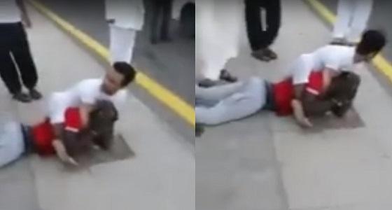 شاهد.. شجاعة مواطن وهو يقبض على أثيوبي مسلح في جدة