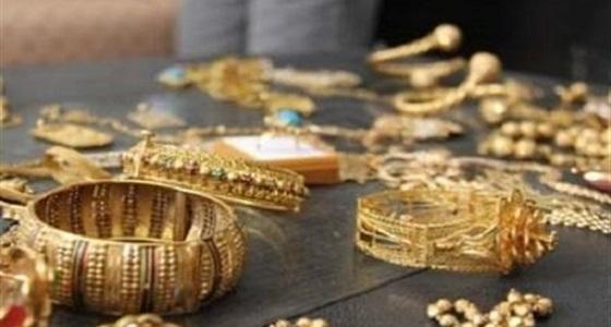 دجالة توهم ضحاياها بأنها تعالج بماء الذهب.. وتسرق مجوهراتهن