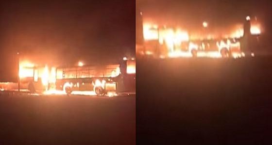 بالفيديو.. النيران تلتهم حافلات مدرسة بالقصيم والفاعل مجهول