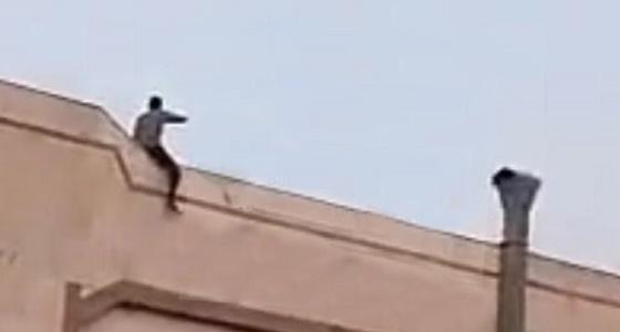 مواطن شاب يحاول الانتحار من أعلى مبنى سكني بالرياض