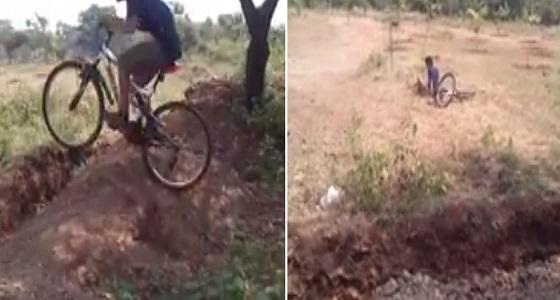 بالفيديو.. نهاية مروعة لشاب استعرض مهاراته في قيادة دراجة هوائية