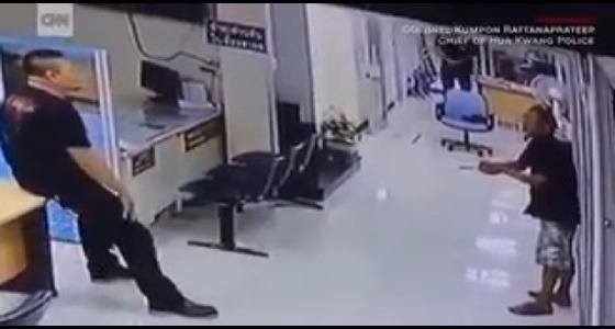 بالفيديو .. ضابط مسلم ينقذ رجلا حاول قتل نفسه