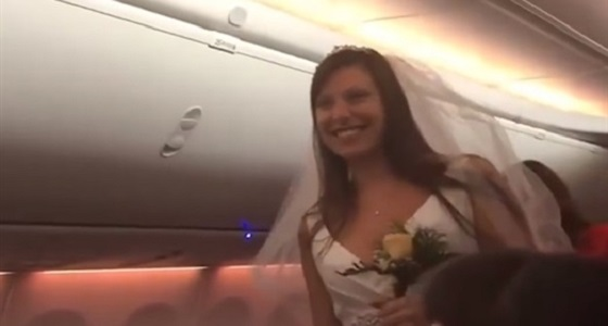 ثنائي يتزوجان على ارتفاع 10 آلاف متر