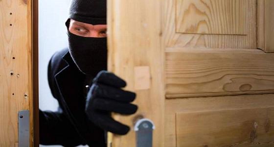 عاملين يلوذان بالفرار بعد سرقتهم 370 ألف ريال لمسن بظهران الجنوب