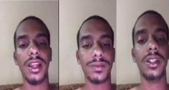 بالفيديو .. شاب يدعي حبس والده له ويتهمه بالتحرش