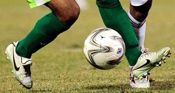 لاعب كرة قدم يتفاجأ بالقبض عليه وسط المباراة
