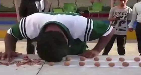 بالفيديو.. شاب يدخل موسوعة جينيس بكسر 247 حبة جوز في دقيقة واحدة