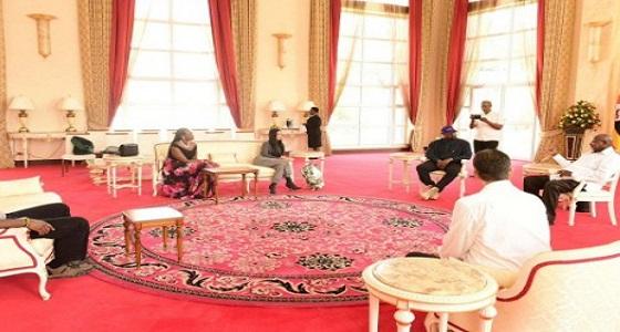 """بالصور.. الرئيس الأوغندي يضع """" كيم كاردشيان """" في موقف محرج"""