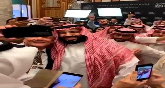 بالفيديو.. لقطة عفوية تظهر تواضع ولي العهد