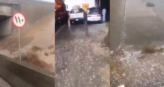 بالفيديو.. تساقط البرد على طريق الجبيل الدمام
