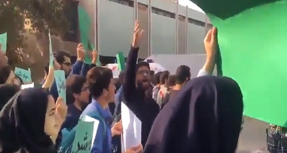 بالفيديو.. احتجاجات طلاب جامعة طهران ضد زيارة روحاني للحرم الجامعي