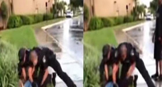 بالفيديو.. شرطي يعتدي على مراهقة
