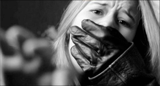 سيدة تخطف عشيقة زوجها وتصورها عارية بعد هتك عرضها وقص شعرها