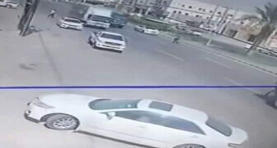 بالفيديو.. شاب يتعرض لحادث دهس مروع في القنفذة