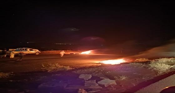 """بالفيديو.. إنقلاب مركبة على """" طريق القويعية – الدوادمي """" والأهالي يحرقون الإطارات للتحذير"""
